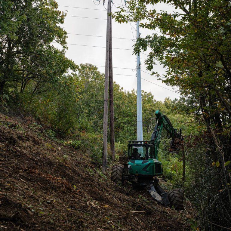 Chantier de broyage accès difficile en montagne sous ligne haute tension dans le sud de la france.